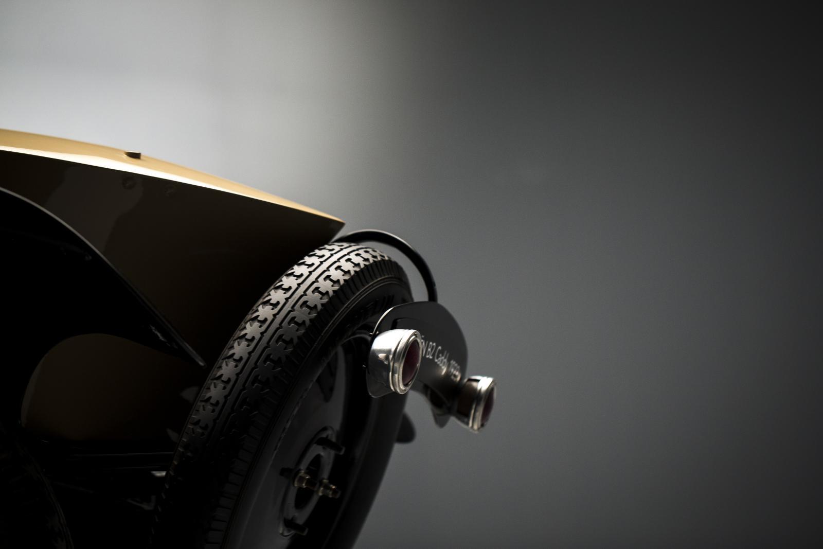 B2 Caddy - vue arrière - roue de secours