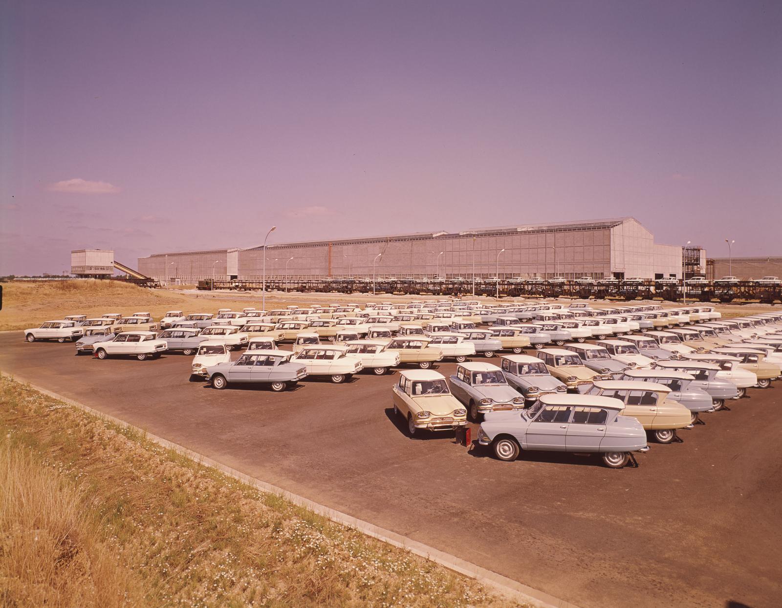 Parc de l'usine de Renne 1965 voitures en attente de départ par le train ou la route