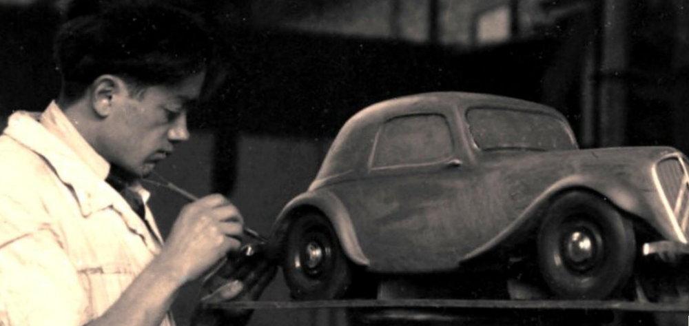 Flaminio Bertoni travaillant sur une maquette de la Traction 1934